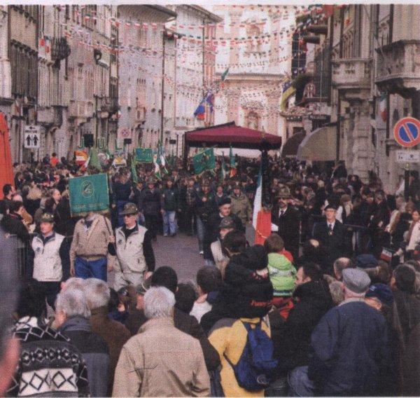 Bandiera della Sezione UNUCI Trento durante la sfilata del Raduno intersezionale ANA Triveneto