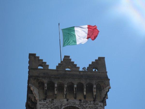 tricolore su torre civica a Trento